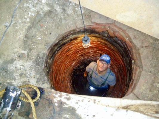 Reinhard Brandt beim Ausräumen des zugeschütteten Sodbrunnens.