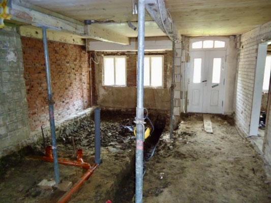 Neben der Eingangstür das Lützenzimmer, davor die zukünftigen Sanitärräume und rechts der Hausflur.