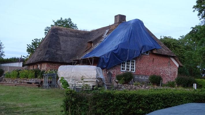 Über Nacht muss das Dach geschützt werden.