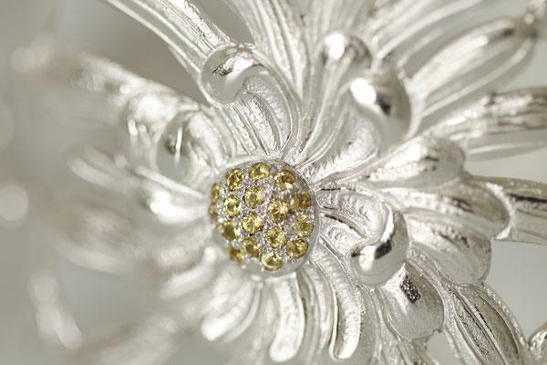 détail bracelet 4 saisons (or blancs saphirs jaunes)