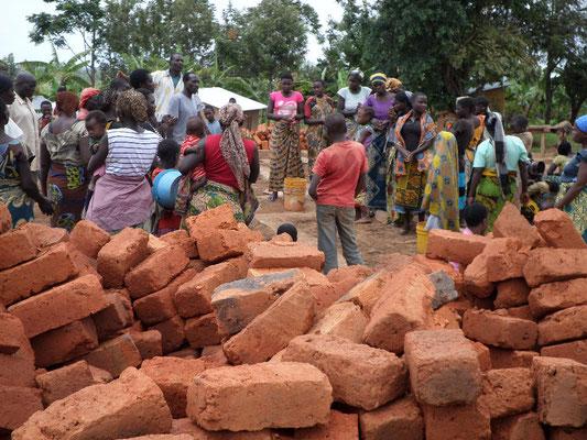 der Chor der anglikanischen Kirche trägt die Steine von der Straße zum Bauplatz
