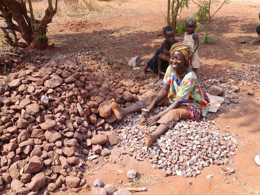 kleine Steine für das Fundament werden von der Bevölkerung selbst geschlagen
