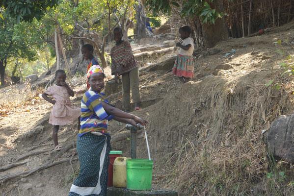 im Dorf gibt es Wassersammelstellen aus Zisternen in den Bergen