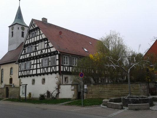 mitten in Warmbronn der Christian Wagner-Brunnen von Frei Otto