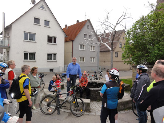 Harald Hepfer von der Christian-Wagner-Gesellschaft Warmbronn begrüßt zur Tour