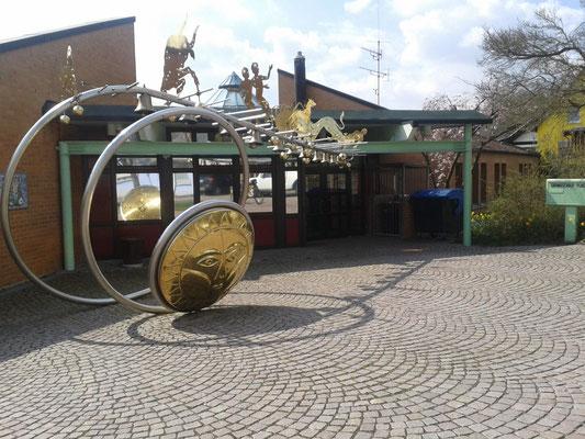 Planeten am Eingang der Grundschule Flacht