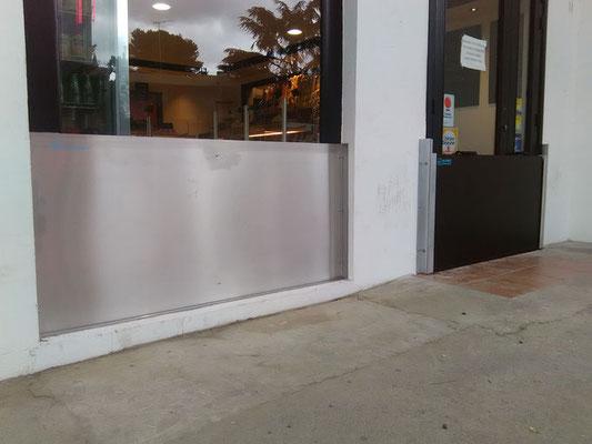 Barrières inondations Montpellier, fixes en inox pour protection vitrine et barrière anti-inondation amovible porte sortie latérale du magasin