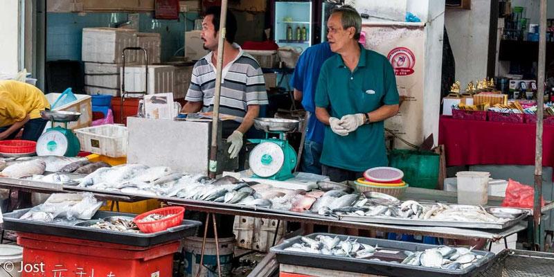 Marktstand mit Fisch - Malaysia