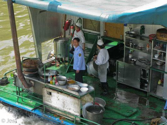 Kochen auf einem Flussboot - China