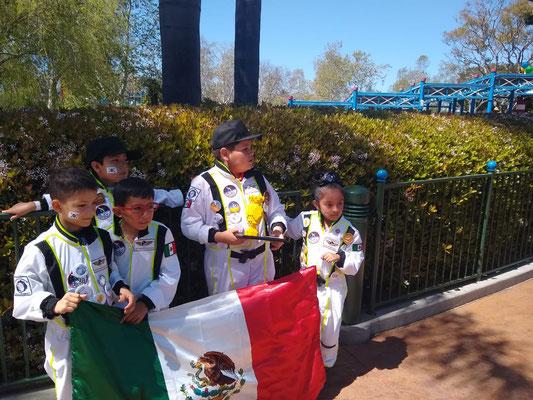 Equipo de Allrobot con trofeo de primer lugar en Manos.
