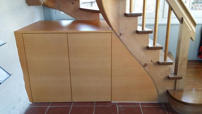 Massivholzschrank unter Treppe