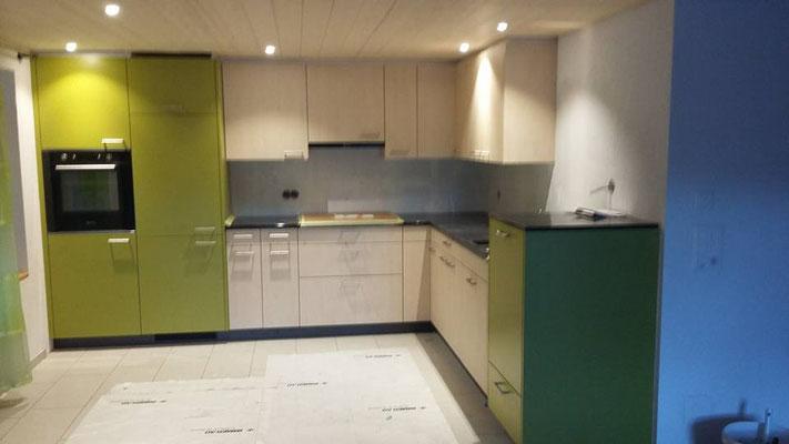 Küche Dekor grün und Ahorn mit erhöhtem Geschirrspüler
