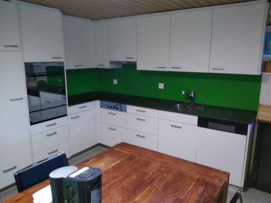 Küche in Esche weiss mit Glasrückwand
