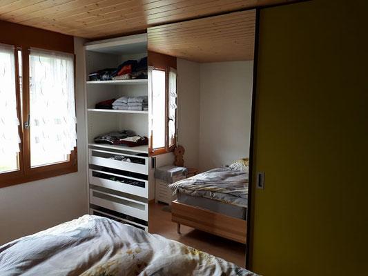 Kleiderschrank mit Schiebetüren und Innenschubladen