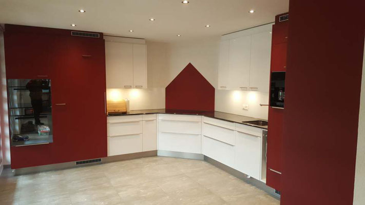 Küche rot und weiss Hochglanz mit Glasrückwand