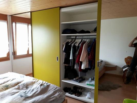 Kleiderschrank mit Schiebetüren und Kleiderstangen