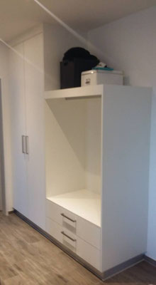 Schrank mit offener Garderobe
