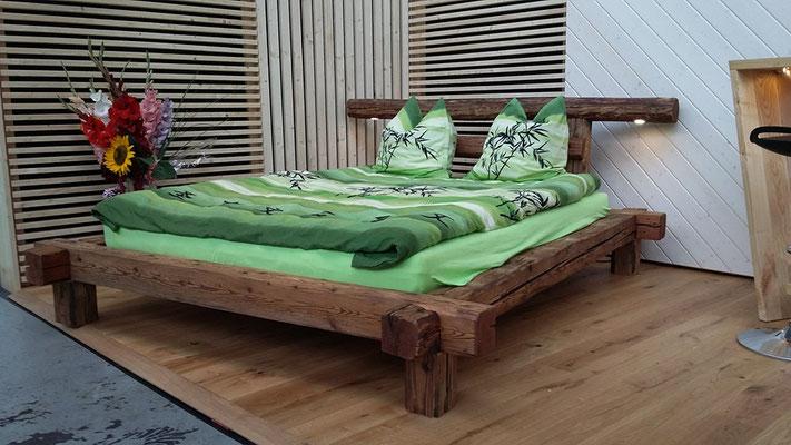 Balkenbett mit handgeschlagenen Altholzbalken