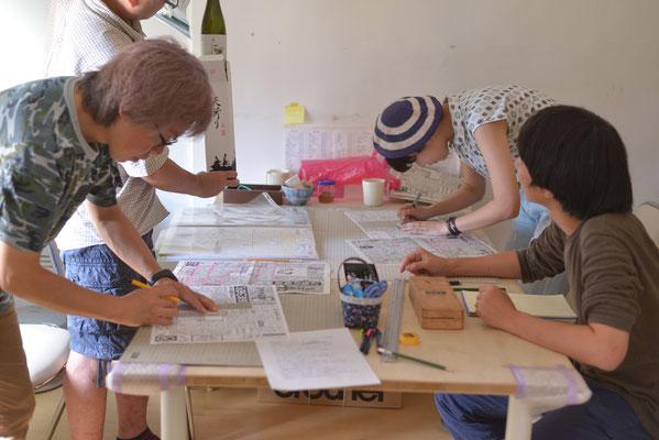 切ったり貼ったり書いたり、みんなで協力して紙面が出来上がります。