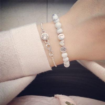 Bei SR Jewelry kannst du Namensarmbänder ganz einfach online kaufen. Armband selbst gestalten. Namensarmband. Perlenarmband mit Namen. Partnerarmbänder.