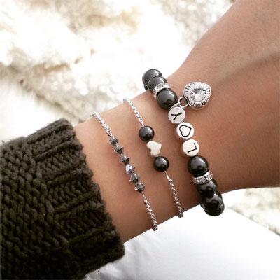 Bei SR Jewelry kannst du Namensarmbänder ganz einfach online kaufen. Armband selbst gestalten. Namensarmband. Perlenarmband mit Namen. Partnerarmbänder mit Gravur.