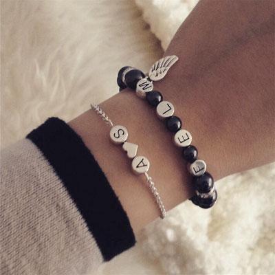 Bei SR Jewelry kannst du Namensarmbänder ganz einfach online kaufen. Armband selbst gestalten. Namensarmband. Perlenarmband mit Namen. Partner Armband.