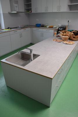 Küche mit niedriger Arbeitsfläche