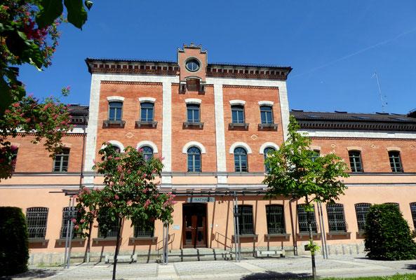"""Rathaus Rosenheim, früher der Bahnhof, heute Schauplatz des Polizeipräsidiums Rosenheim der """"Rosenheim Cops"""""""