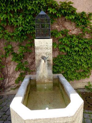 Das Brunnenvögerl an der Nikolauskirche, das Original wurde leider gestohlen