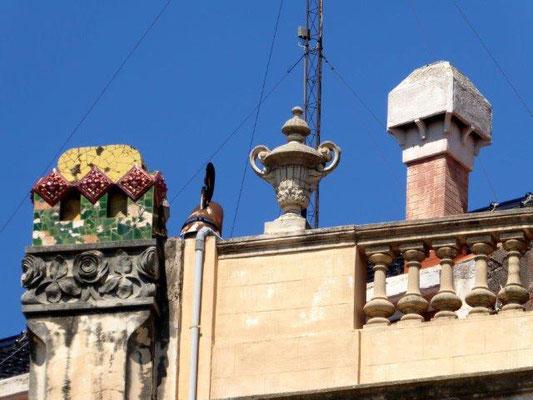 Nicht die Kaminverkleidungen der Häuser des Antoni Gaudí sondern die Türmchen in Figueres nahe der Rambla