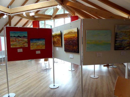 Blick in den Ausstellungsraum, die Wüstenbilder