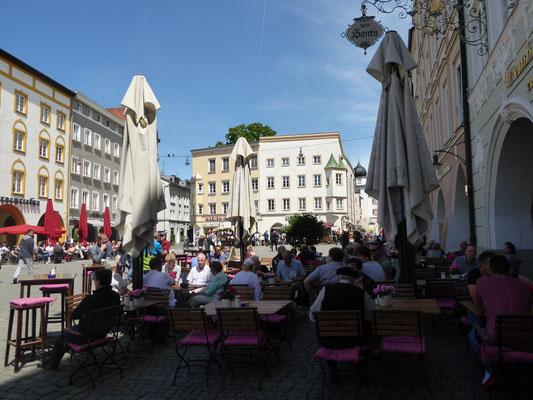 Max-Josefs-Platz, es gibt genügend gemütliche Einkehrmöglichkeiten