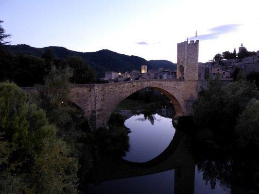 Besalú, Girona: Die Mikwe im Komplex der Synagoge ist das einzig erhaltene jüdische Ritualbad auf der iberischen Halbinsel. Besonders markant ist die im 14. Jahrhundert erbaute Brücke von Besalú, die 105 Meter lange, durch Türme gesicherte Pont Vell