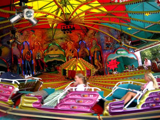 Herbstfest Rosenheim, rasante Fahrgeschäfte sorgen für den Nervenkitzel. Die Preise sind noch vernünftig.