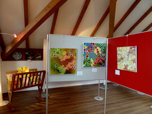 Blick in den Ausstellungsraum, die Kristallbilder