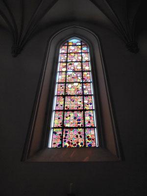Nikolauskirche, einige Kirchenfenster mit Rosenmotiven wurden vom Rosenheimer Magier Sigfried Fischbacher gestiftet (vom Magierduo Sigi und Roy)