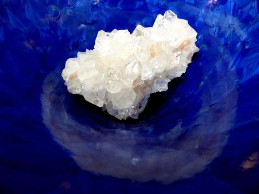 """Apophyllit (Silikatgestein) in Serians Vase """"Deep Ocean"""", ein schöner Blickfang"""