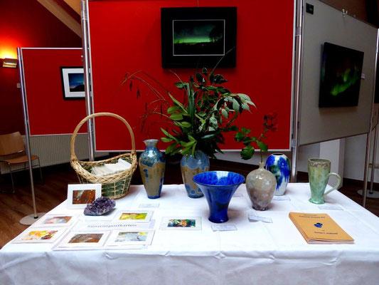 Serians Tisch mit den prächtigen Vasen mit den Kristallstrukturen