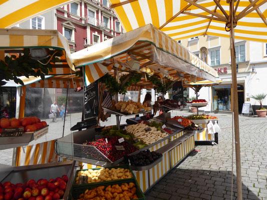 """Marktstand in der """"guten Stube"""" am Max-Josefs-Platz"""