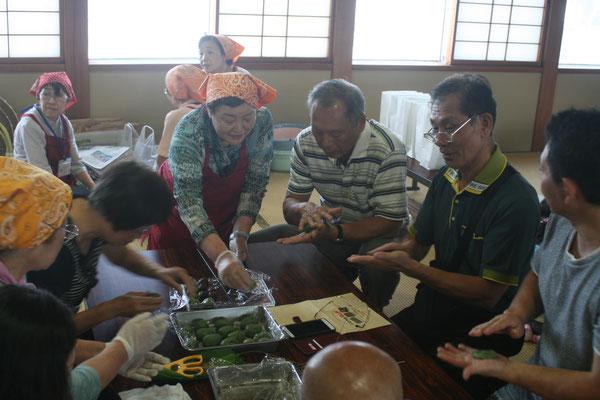 台湾からのお客様も「笹だんごづくり」に挑戦