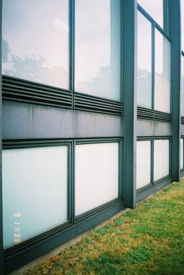 外部サッシュ周り 3mピッチのH型鋼の方立補強 下部は半地下の 採光窓