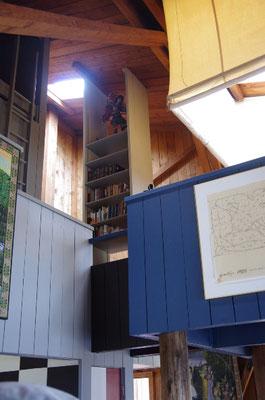 テントが下がる右上の寝室と箱型装置の見上(ムーア邸)