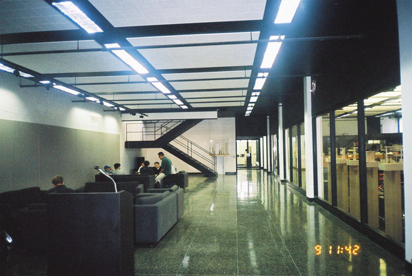 半地下の談話ラウンジ。右側は図書室