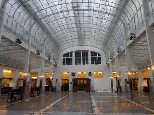 出納窓口ホール。天井の上に鉄骨トラス。上に切り妻ガラス屋根