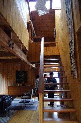 2階への階段(隣家別宅)
