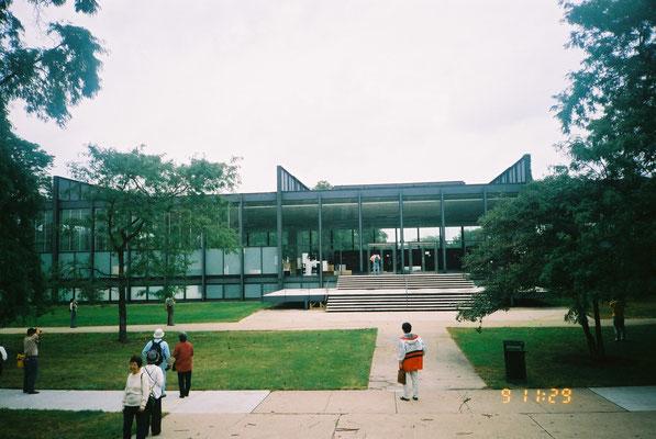 南側外観 正面階段とテラス状の踊り場はトラバーチン仕上げ