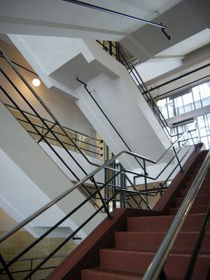 階段室。金属パイプ手摺りが軽快