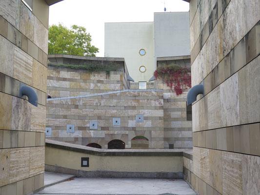 通り抜け歩行路からロトンダ(円形中庭)と図書館棟を見る