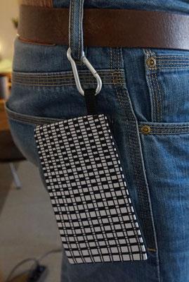 Tasche gesichert durch Karabinerhaken. Gut, oder?