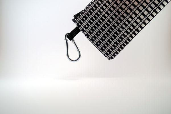 Der Karabinerhaken zur Sicherung der Tasche z.B. an der Hose